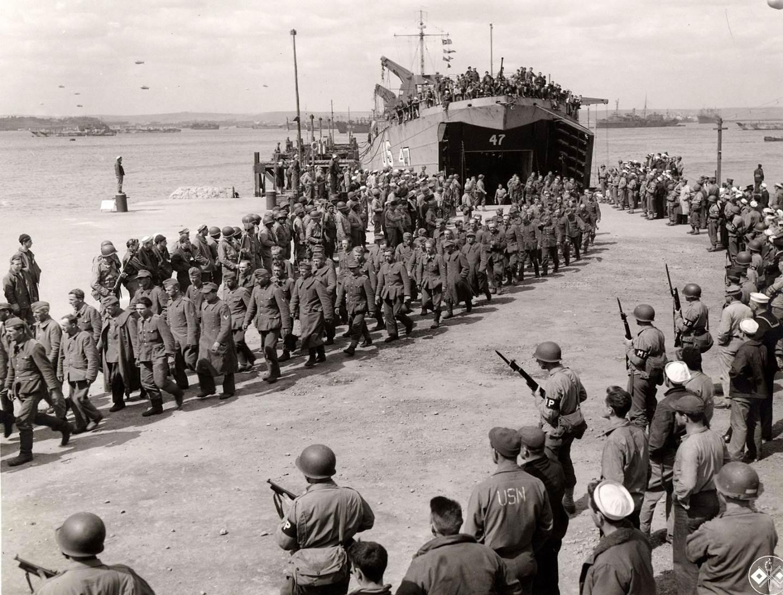 Deutsche Kriegsgefangene am Strand der Normandie